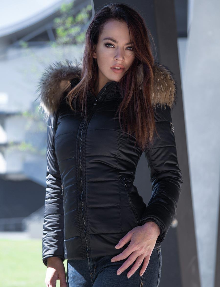 korte-dames-winterjas-zwart-sarah-versano-voorkant-outdoor